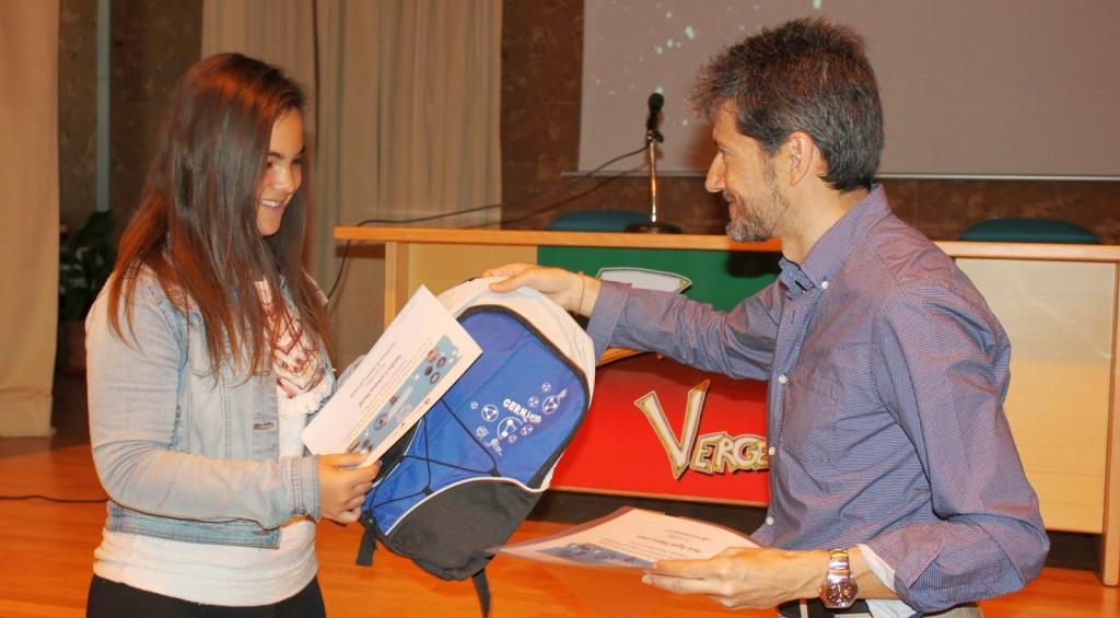 Sandra Carmona Moral recibe su diploma del doctor Illana
