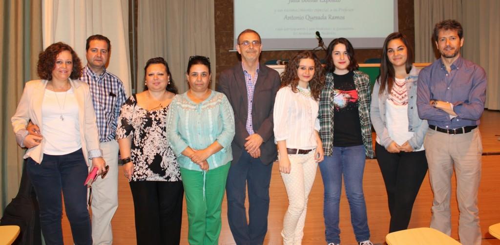 Las alumnas premiadas junto al director del IES Zaidín-Vergeles, D. Manuel Rodríguez Garzón, José Ignacio Illana, la presidenta y vicepresidenta de la AMPA y los padres de María ÁngelesYélamos Lorente.