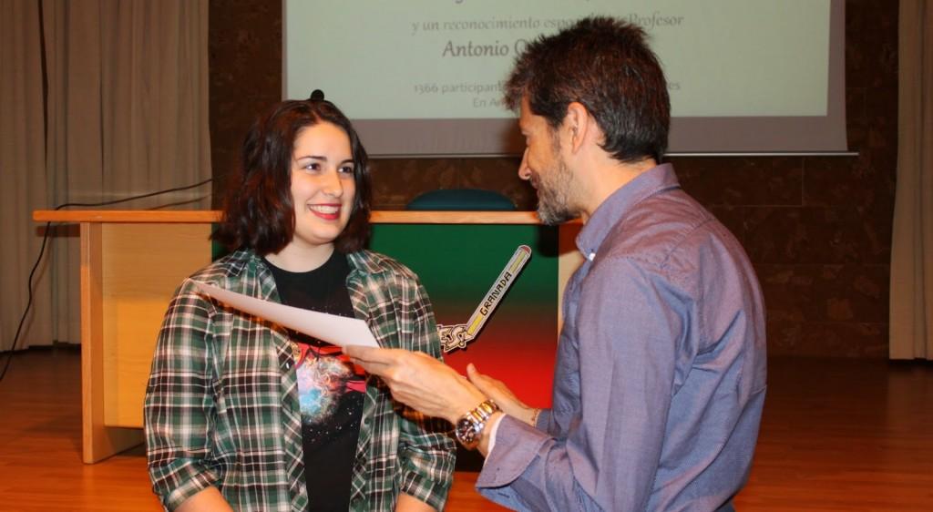 Julia Bolívar Expósito en el momento de la entrega de su diploma