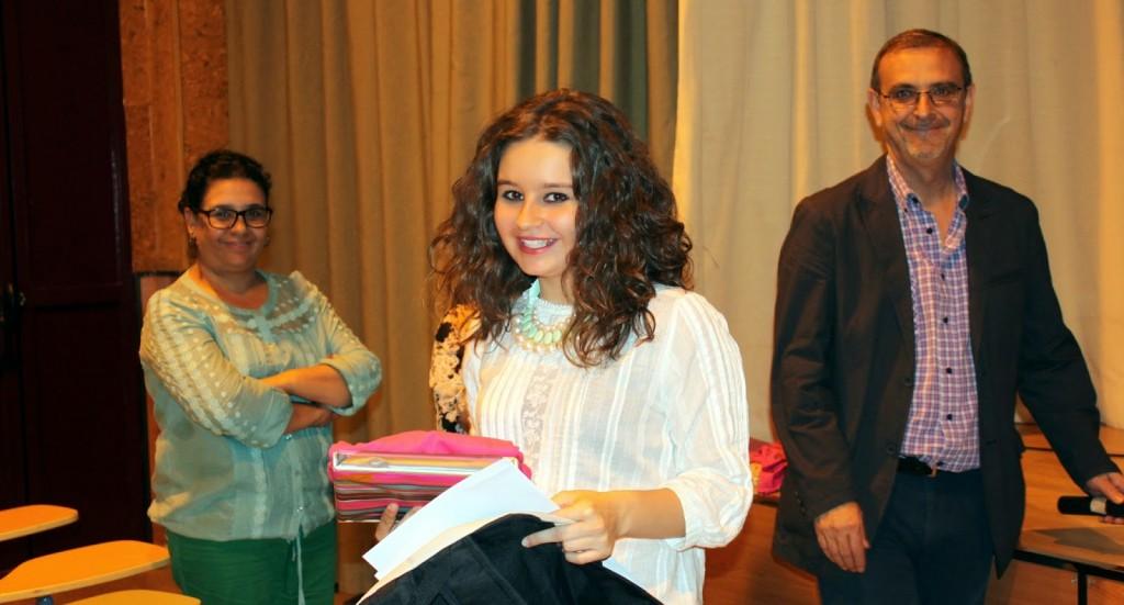 María Ángeles Yélamos tras exponer su trabajo y recoger sus premios.